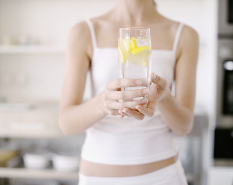 レモン水を持つ女性