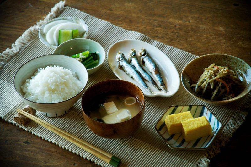 和朝食がテーブルに並んでいる