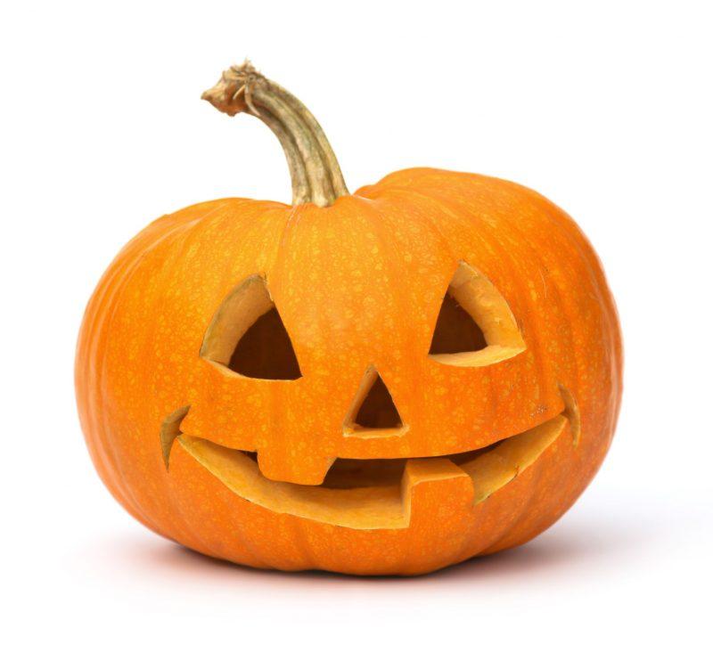 ハロウィンのかぼちゃ。かぼちゃを顔型にくり抜いている