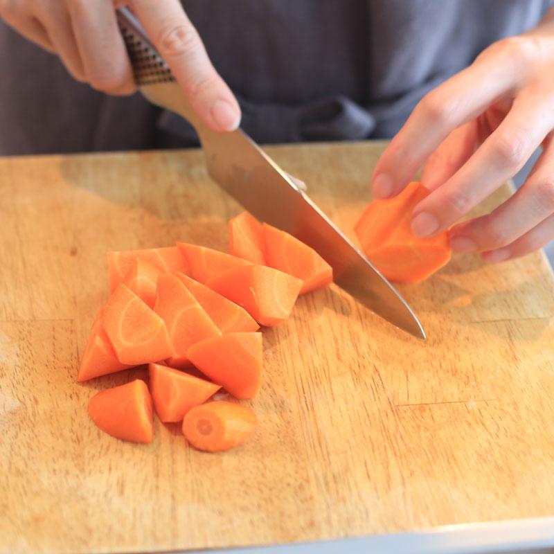 にんじんを包丁で切っている