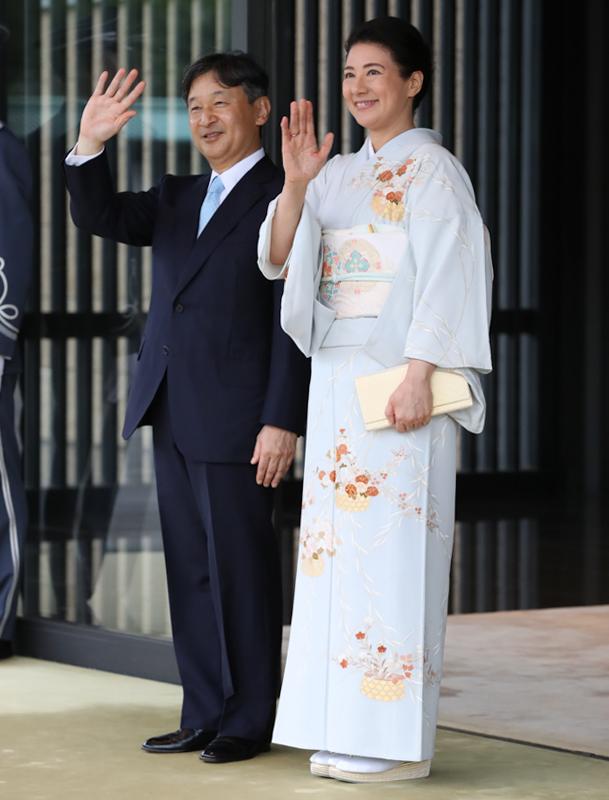 並んで手を振り、お見送りをされる天皇陛下と雅子皇后