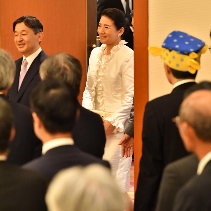 「第39回全国豊かな海づくり大会」レセプションにご出席された両陛下。参列者の中にはさかなクンの姿も