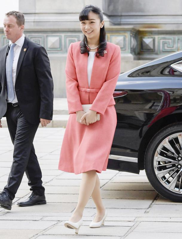 鮮やかなピンク色のツーピーススタイルで笑顔を見せられる佳子さま