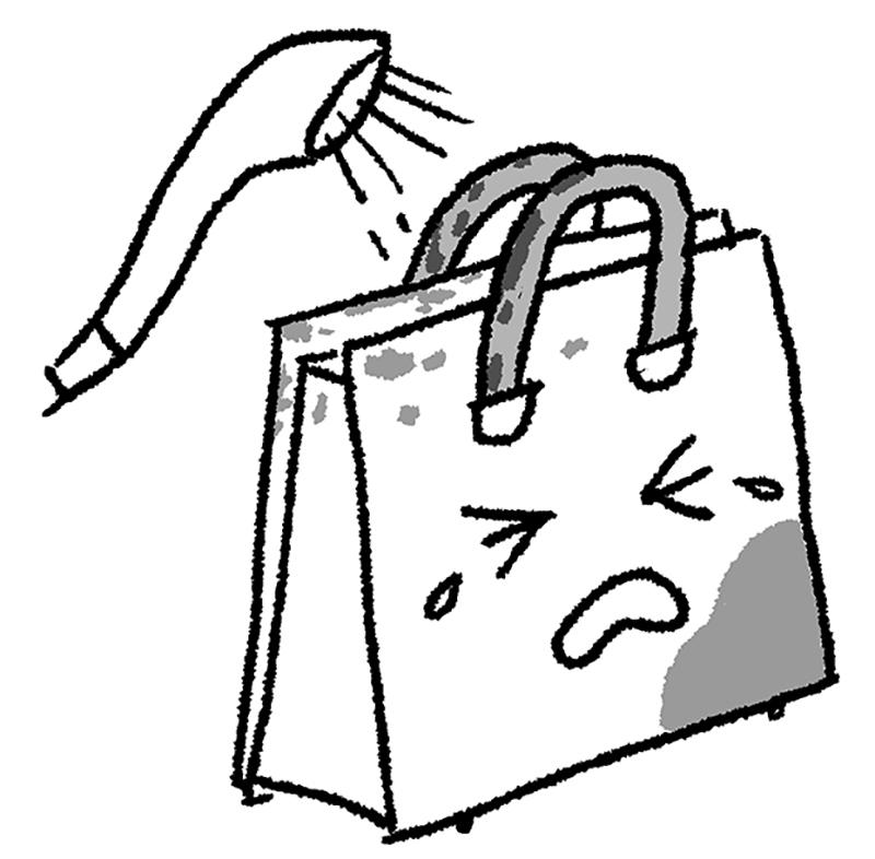 シャワーで革のバッグに水をかけている