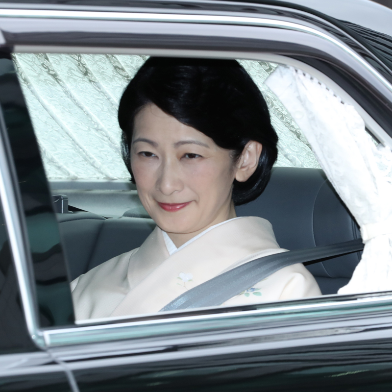 お着物姿で車に乗られる紀子さま