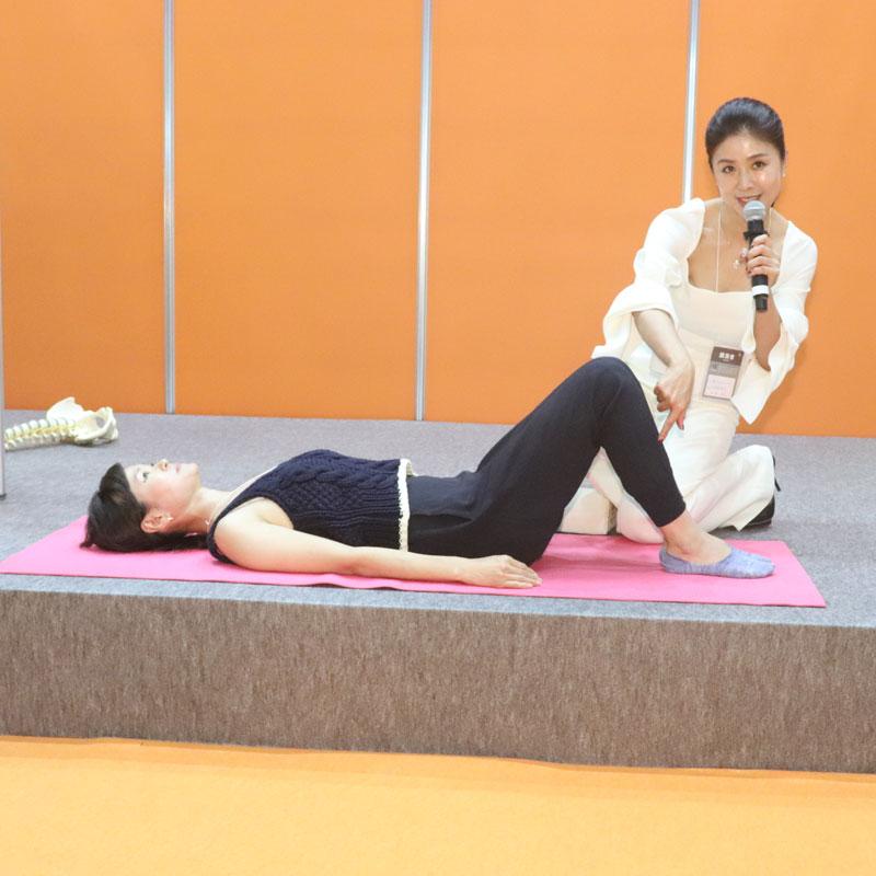 仰向けに寝て、膝を90°に立てる女性と杉浦由里子さん