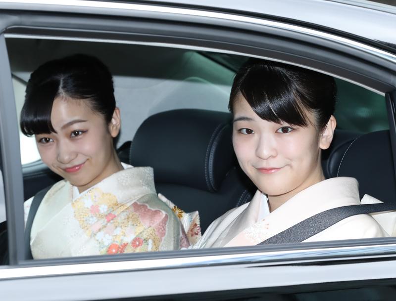着物姿で車の後部席に並んで乗車し、微笑まれる眞子さまと佳子さま