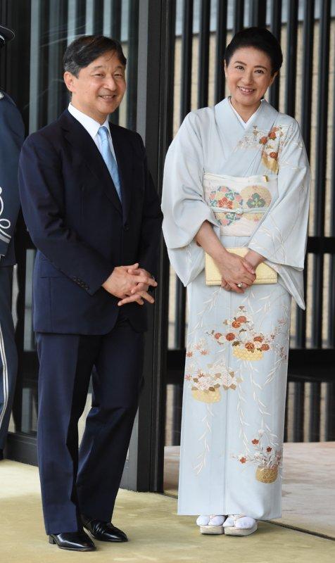 花かごに色とりどりの花々をあしらったあさぎ色の訪問着姿で微笑まれる雅子さまと紺のスーツに身を包んだ天皇陛下