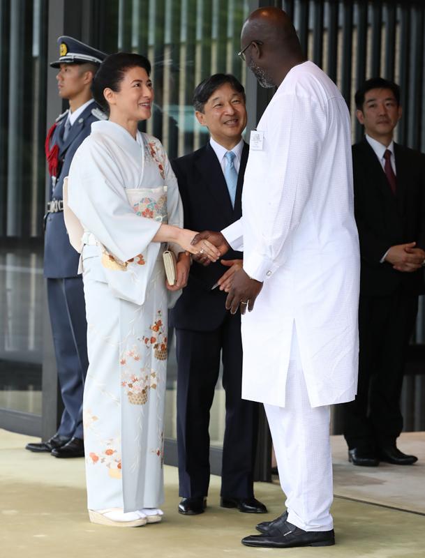 国際交流にて、アフリカからの男性の来客と握手をされる雅子さま