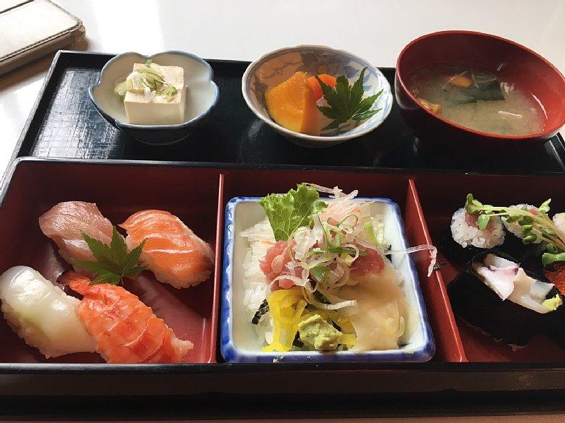 種類の寿司の定食