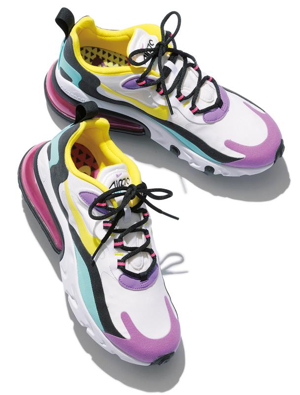 白地に黄色や紫、黒のパーツが使われたカラフルなハイテク系スニーカー