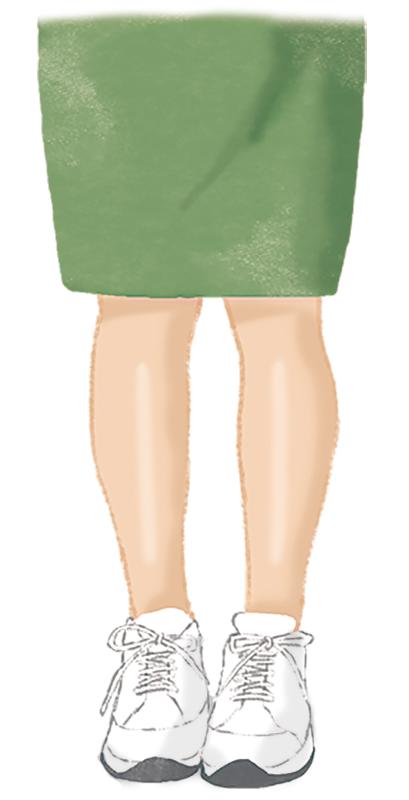 肌色ストッキングの上に、スニーカーを履いている女性のイラスト