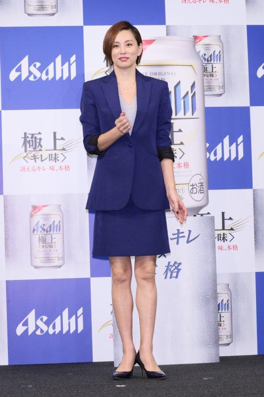 ブルーのミニスカスーツスタイルでCM発表会に登場した米倉涼子