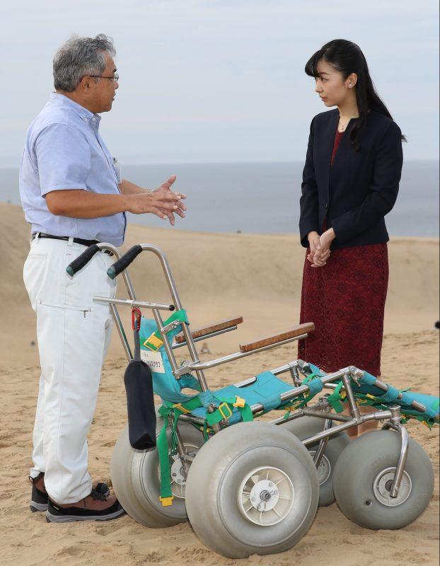佳子さま9月28日に鳥取砂丘を訪問された様子車いすについて説明を受けられている