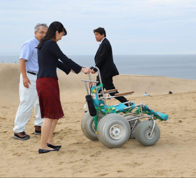 佳子さま9月28日に鳥取砂丘を訪問された様子車いすを押している