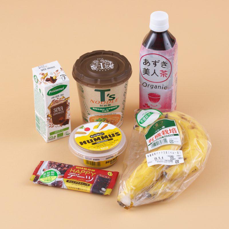 UHA味覚糖のHAPPYデーツ チョコブラウニーとプロヴァメル オーガニック 豆乳飲料チョコレート味 250mlとくらこんのKurakon HUMMUS ORIGINALとヤマダイのニュータッチ T'sNOODLE担担麺と遠藤製餡のあずき美人茶 500mlとナチュラルローソンの有機栽培バナナ3P