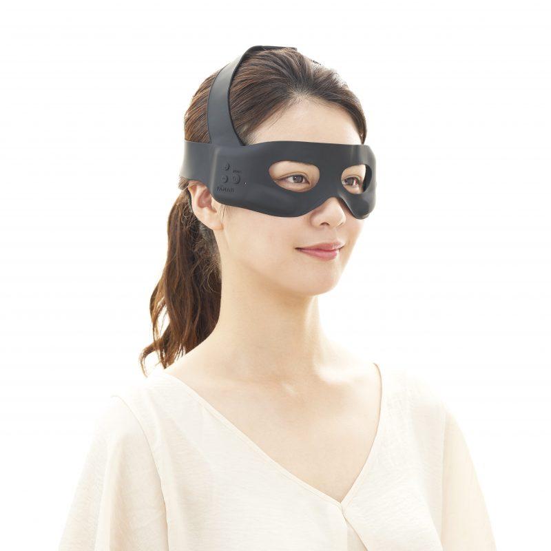 ヤーマンのメディリフトアイを装着している女性