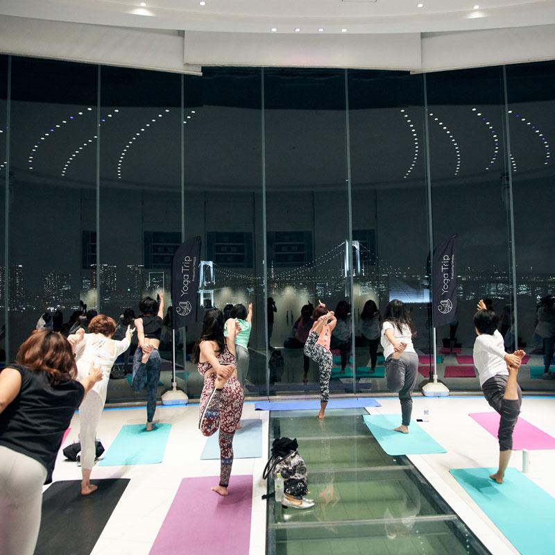 「YOGA Trip」によるチャペルヨガ「Hilton TOKYO DAIBA session」に参加する女性たち