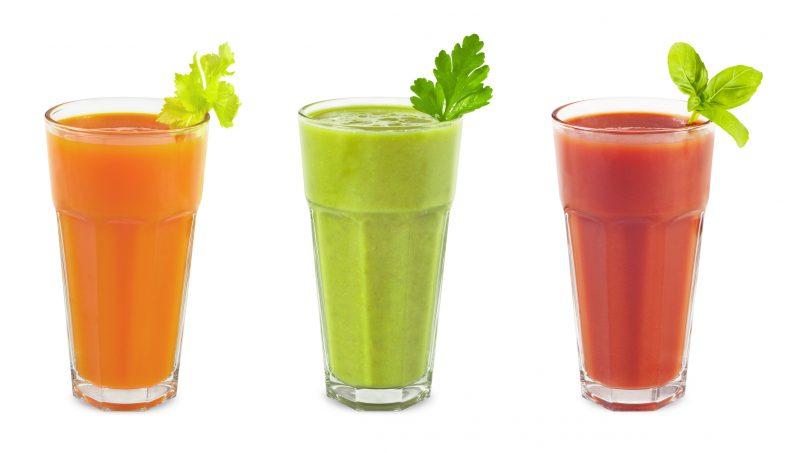 オレンジ系、グリーン系、レッド系の野菜ジュースが並んでいる