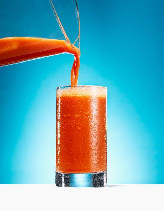 野菜ジュースがグラスに注がれている