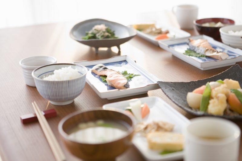 和朝食がテーブルに用意されている