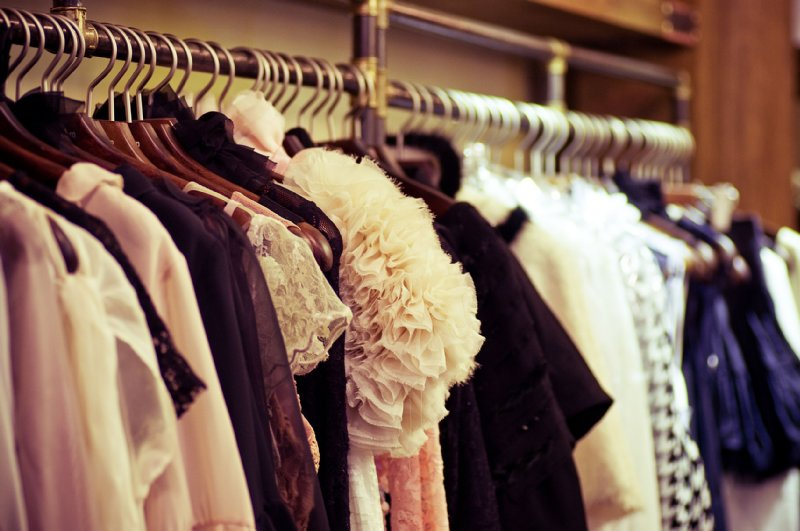 クローゼットにたくさんの洋服が並んだ写真
