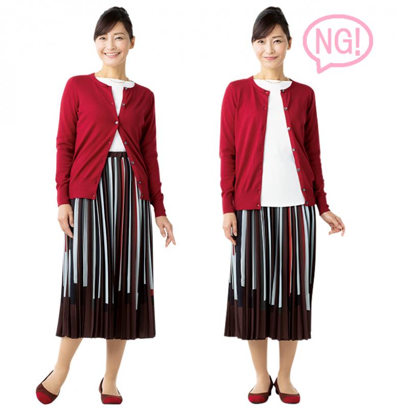 白いトップスにスカート姿の女性が、赤いカーディガンのボタンを1つ留めたものと開けているものを並べて比較している