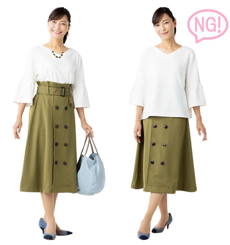 白いトップスにモスグリーンのスカートをはいた女性が、トップスをインしているものとしていないものを並べて比較している