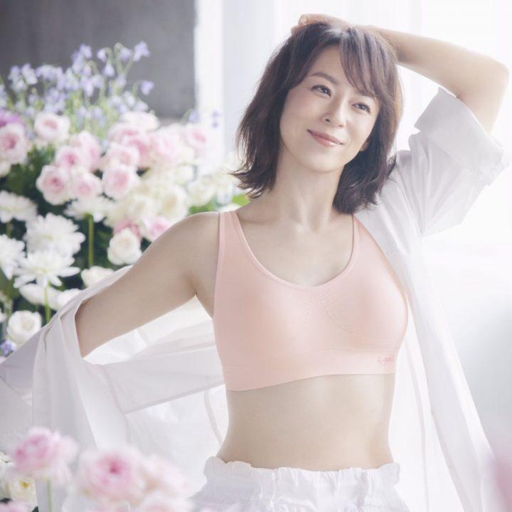 佐藤仁美の『ジニエブラ』広告ビジュアル