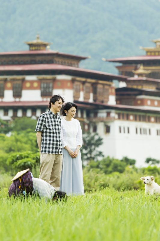 8月21日、旅行先のブータン・プナカで水田近くを散策される秋篠宮さまと紀子さま