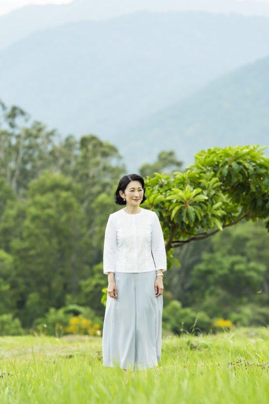 8月21日、旅行先のブータン・プナカで水田近くを散策される紀子さま