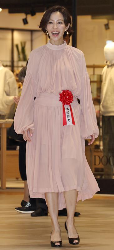 淡いピンクのワンピースを着た木村佳乃