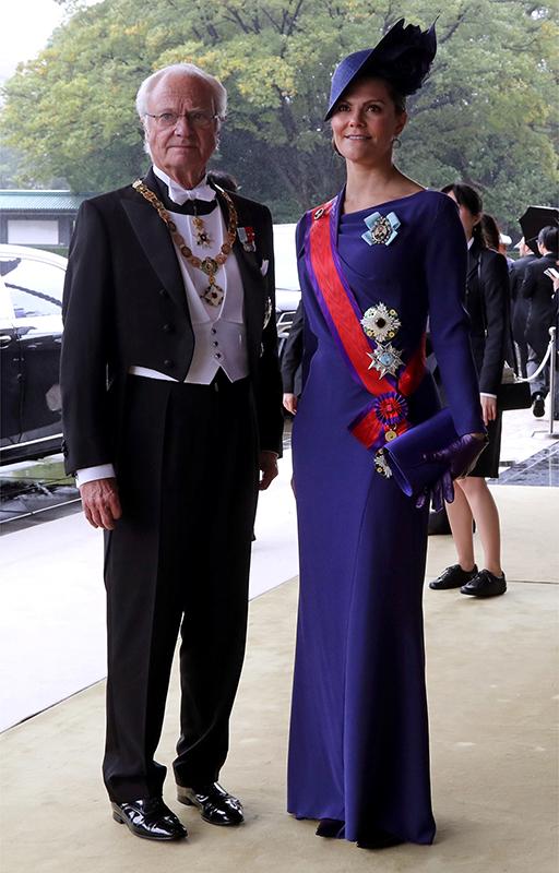 グスタフ国王(73)と長女のヴィクトリア皇太子(42)。ヴィクトリア皇太子は、雅子さまがよくお召しになるようなロイヤルブルーのドレス、バッグで。デザイン性のあるハットが印象的