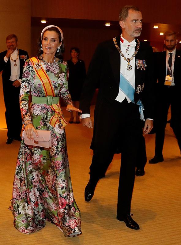 目を惹く花柄の華やかなドレス姿で登場したレティシア王妃(47)とフェリペ6世国王(51)