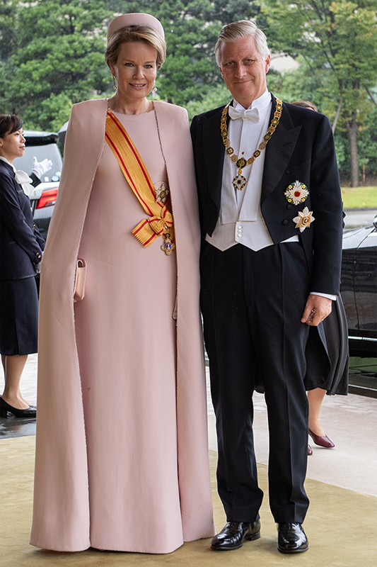 ピンクベージュの柔らかな色合いのシンプルなどレスをまとわれたマチルド王妃(46)とフィリップ国王(59)