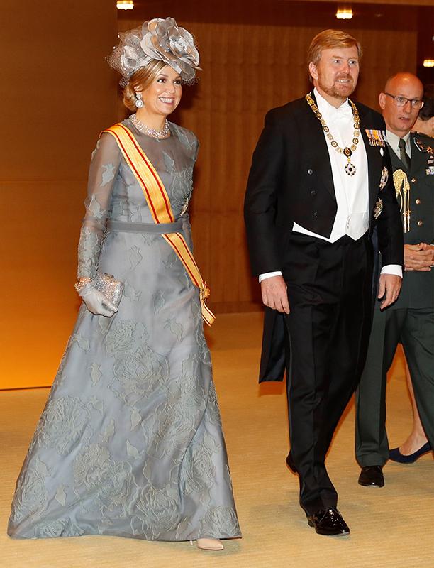 ライトグレーのレースのドレス、大きな花を模したハットで品良く華やかな装いのマキシマ王妃(48)とウィレム・アレクサンダー国王(52)