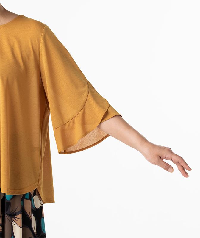 フレア袖のトップスを着た女性