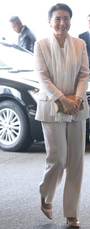グレージュのパンツスーツを着た雅子さま