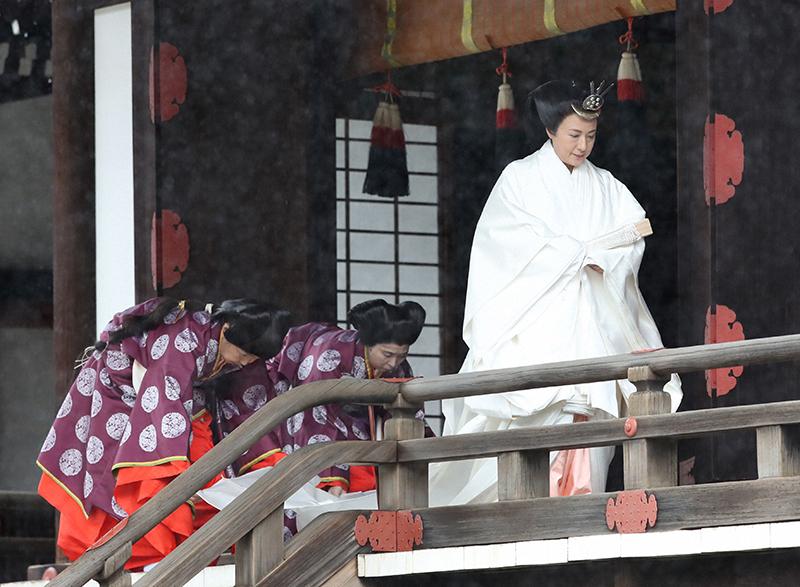 純白の十二単をお召しになり、皇居・宮中三殿への参拝をされる雅子さま