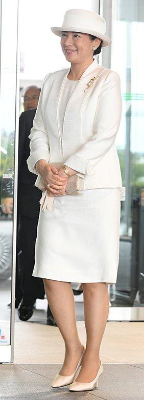 オールホワイトのスーツスタイルの雅子さま