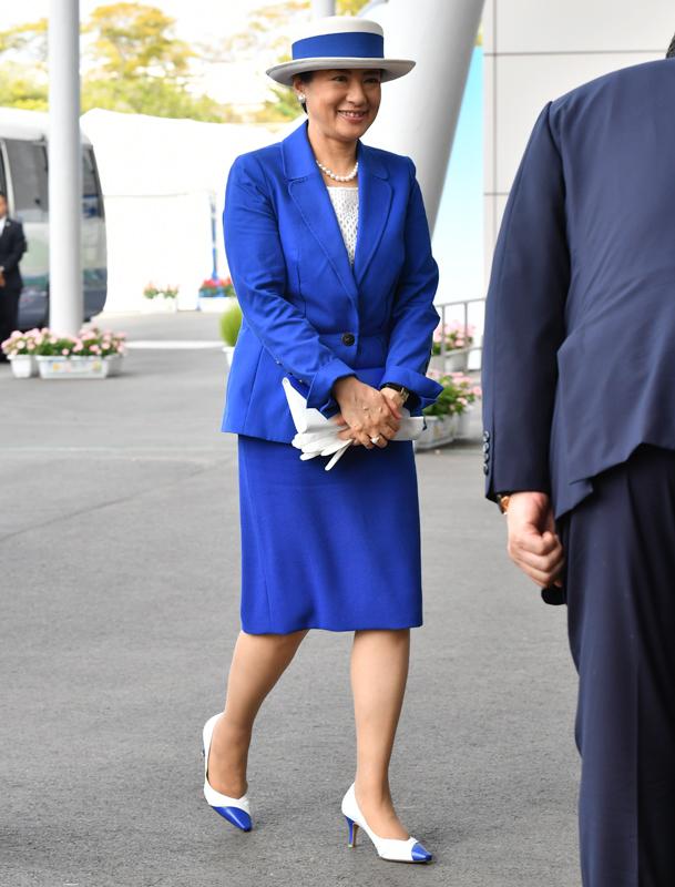 ロイヤルブルーのスーツスタイルの雅子さま