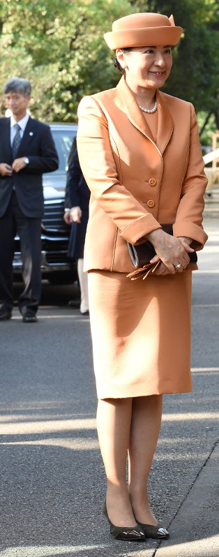 オレンジのスーツに同色の帽子を被られた雅子さま