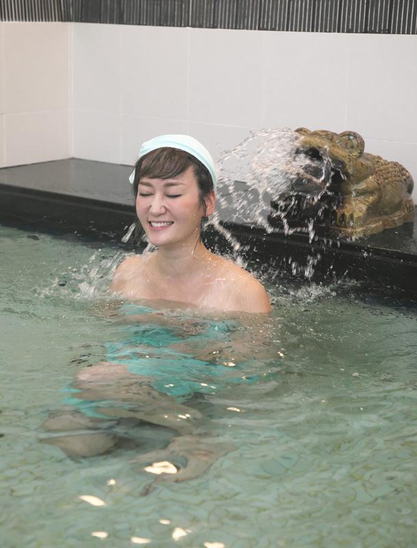 水風呂につかる女性の写真