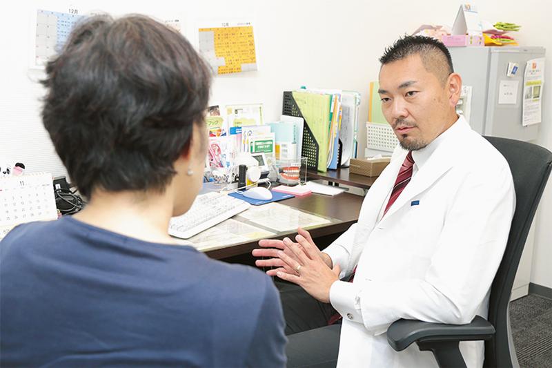 患者を診察している白濱医師