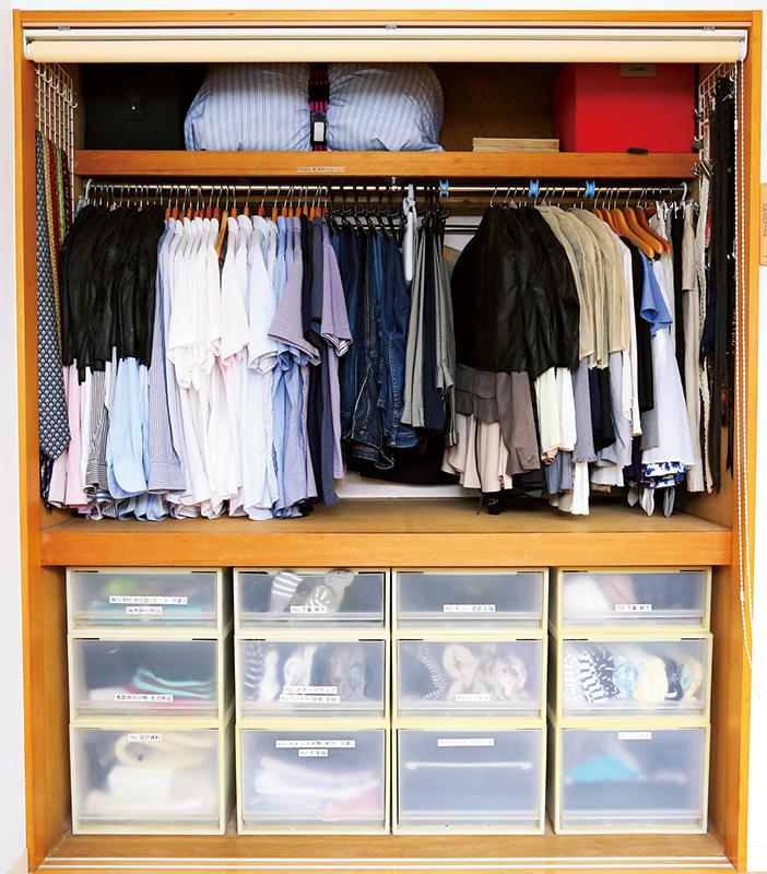 押し入れのふすまをとって、下段を衣装ケーススペース、上段をハンガーラックにクローゼット化した押し入れの画像