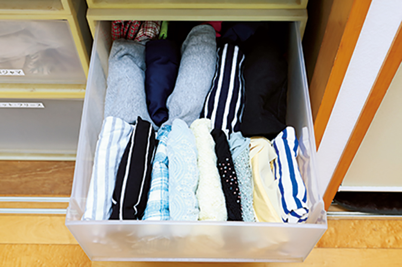 衣装ケースの引き出しの中に収納された衣類の写真