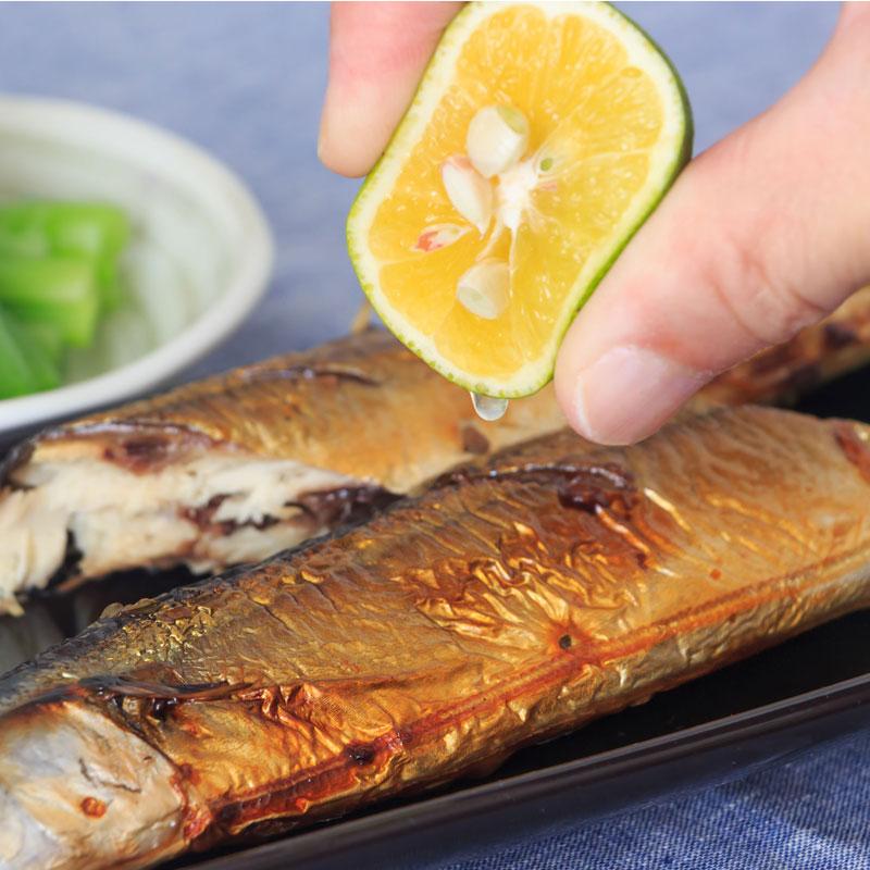 焼き魚にすだちを絞っているところ
