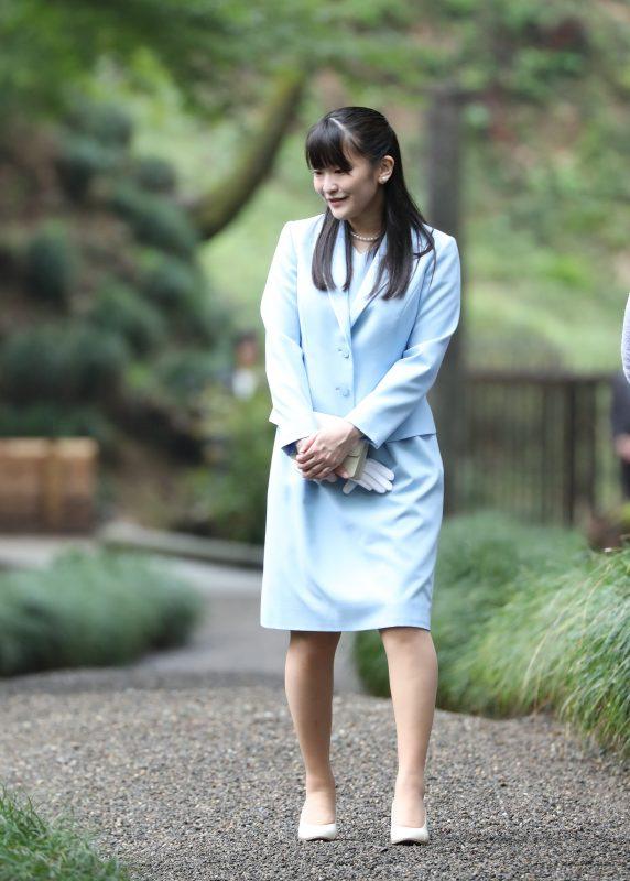 常陸太田市で、水戸黄門で知られる徳川光圀が晩年を過ごした邸宅「西山御殿」を訪問された。職員による庭の植物などについての説明に、熱心に耳を傾けられる眞子さま