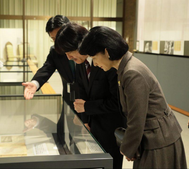 11月7日、独立行政法人国立公文書館で開催された、天皇陛下の御即位を記念した特別展「行幸―近 現代の皇室と国民―」を訪れた秋篠宮殿下と紀子さま