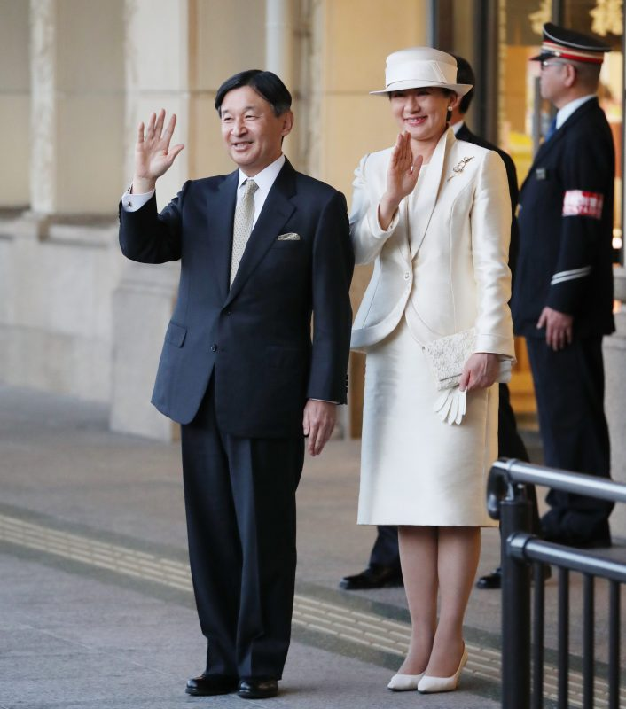 21日午後4時頃、天皇皇后両陛下が臨時専用列車で伊勢市の宇治山田駅に到着された様子。